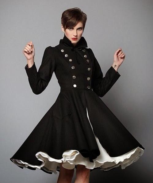 Abrigo negro con vuelo