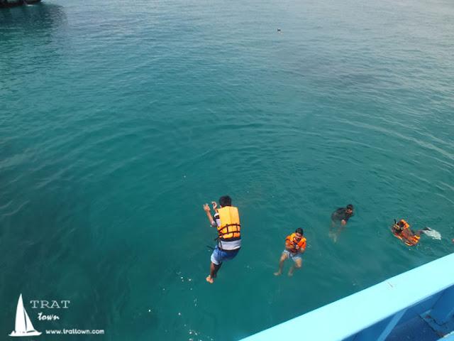 กิจกรรมกระโดดน้ำกับการดำน้ำชมปะการังที่โฮมสเตย์บีช บางเบ้า เกาะช้าง
