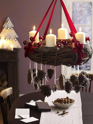 coroa penduradas decorada com cogumelos de crochê e pinhas