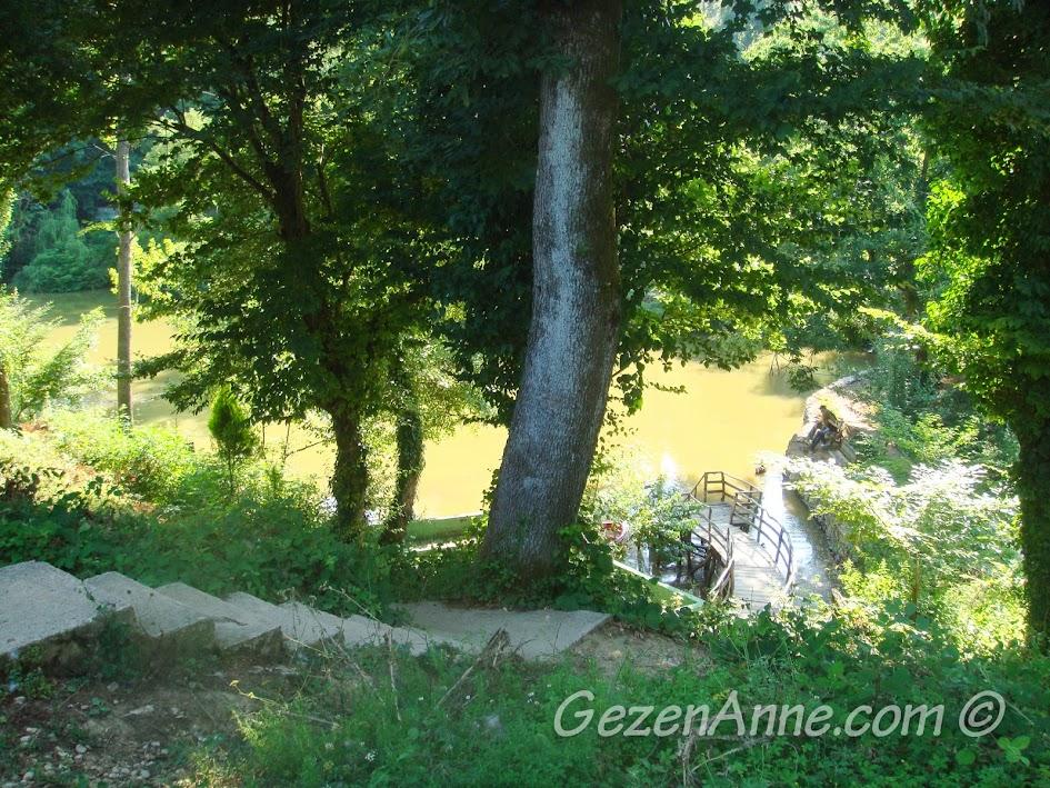 Polonezköy Piknik Park'taki göl kenarına inen yol