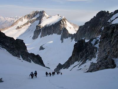 Al fons la cresta entre els pics Maldito i Coronas