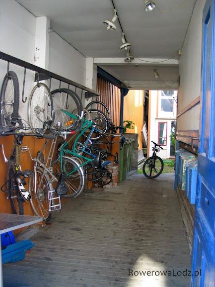Jedno z podwórek gdzie mieszkańcy trzymają rowery