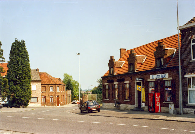 Figuur 22: Het Sint-Gillisplein met café in 1993.
