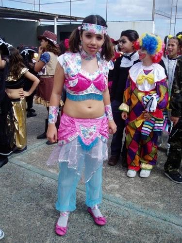 image Vecino intentando algún disfraz de niña de la escuela