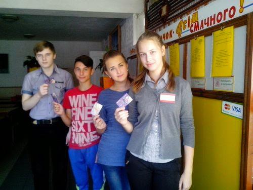 Ученики житомирской школы №19 за питание будут рассчитываться банковской картой. ФОТО