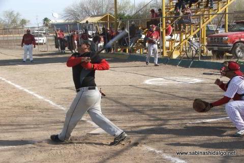 Sergio Ávila de Maypa Trucking bateando en el softbol sabatino