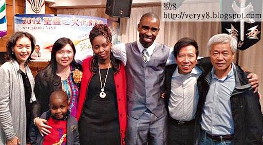 當日陳振聰獲教友陳婉華律師(左一)邀請,參加非洲蘇比牧師(右三)佈道會,並接受牧師為他重新命名為 Peter。