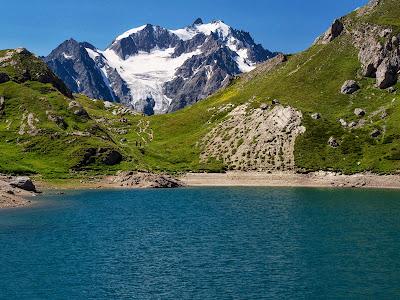 Le Grand Lac i les muntanyes de l'Agneaux al fons