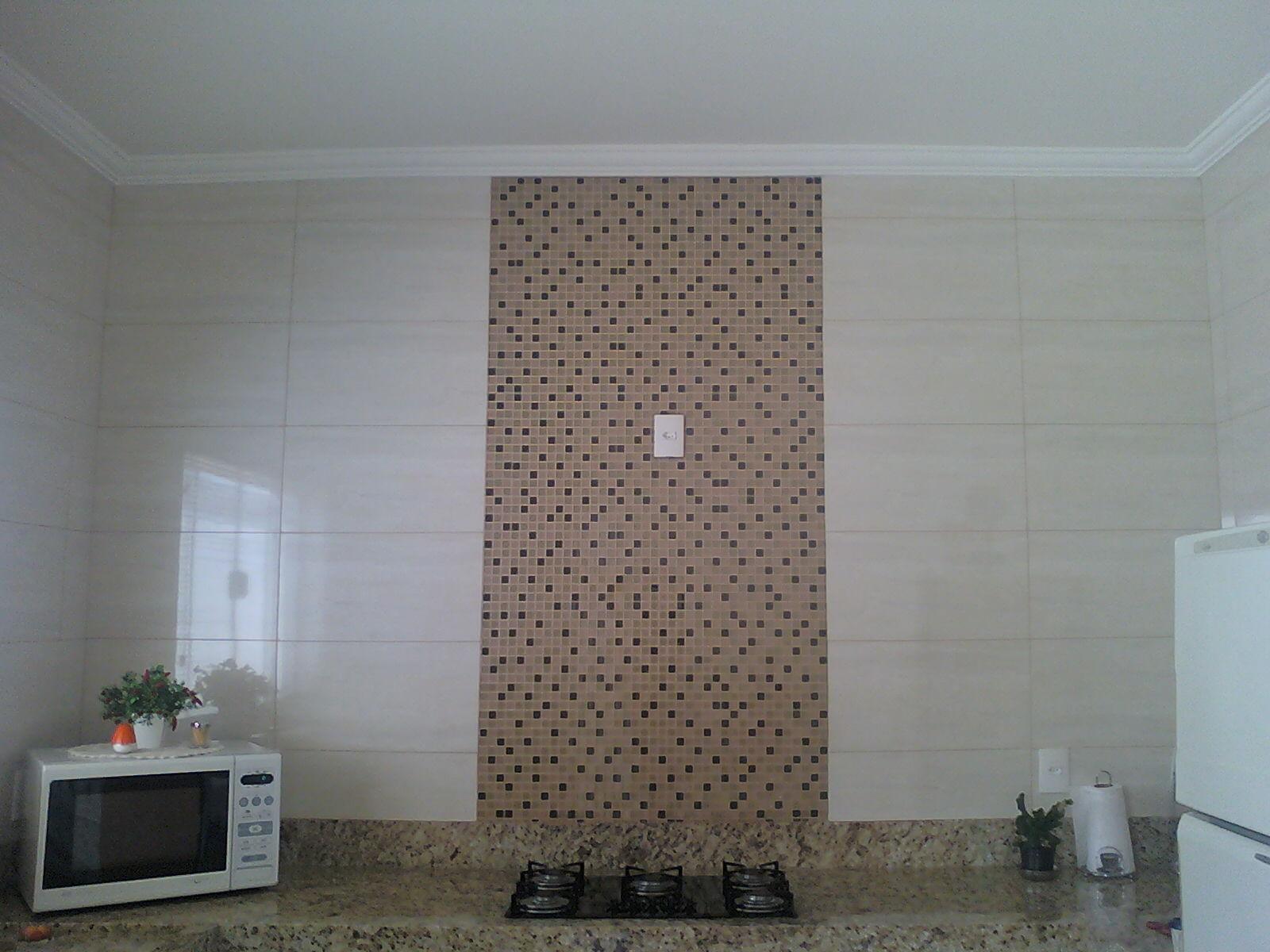painel em cozinha feito com pastilhas de vidro e porcelanato #4E627D 1600 1200