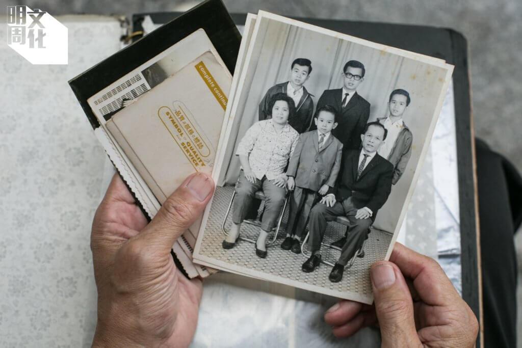 訪問當日,雷競璇帶了本舊家庭相簿來,揭開盡是黑白的照片,圖中是他們小數的全家幅。