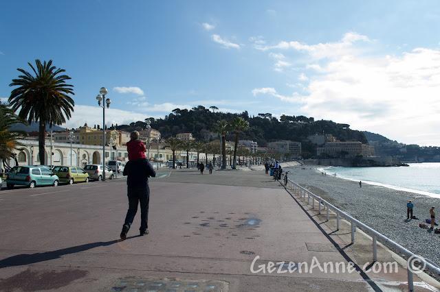 Nice sahilindeki Promenade des Anglais'de yürürken