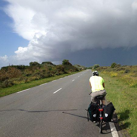 Miri on the Bike im Hafen von Dunkerque vor der Kulisse dunkler Wolken