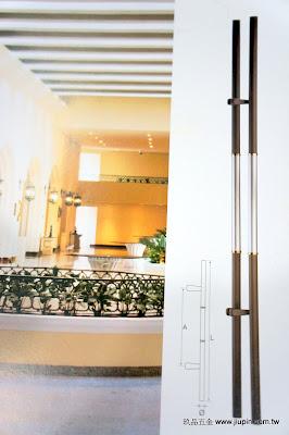 裝潢五金品名:PB2011-對組大把手長度:1800m/m 中心距:950m/m 材質:白鐵毛絲+咖啡砂玖品五金