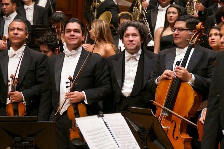 Al cierre del concierto, Gustavo Dudamel se coloca como parte de la orquesta para juntos recibir los aplausos del público