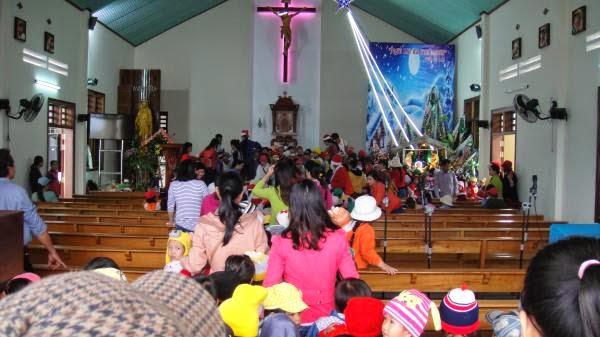 Các em thiếu nhi cùng 30 cô giáo và phụ huynh tham quan nhà thờ Hòn Khói cùng viếng hang đá