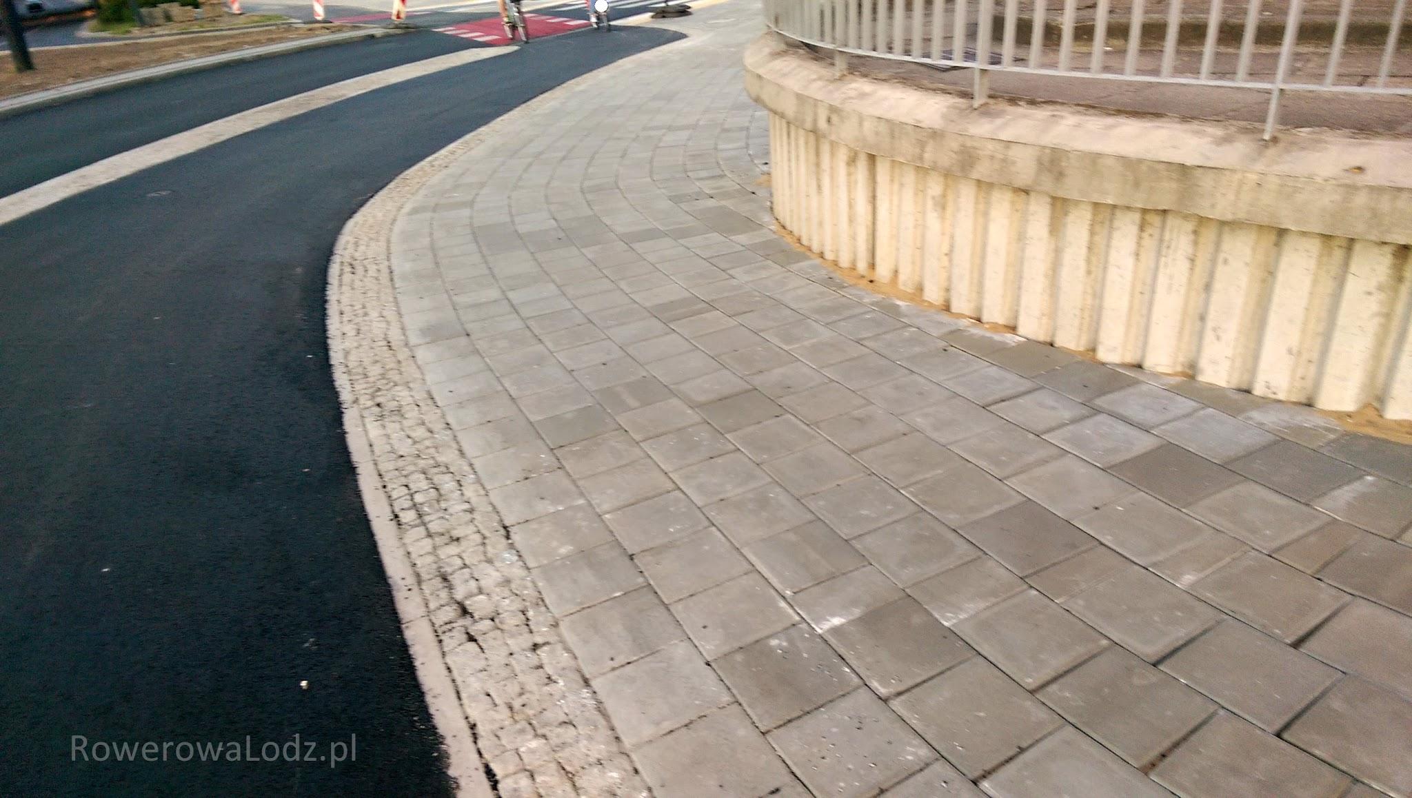 Wylano asfalt przy łuku ze ślimakiem z Maratońskiej