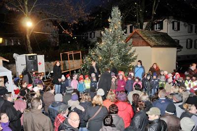 Musikalische Eröffung des Auggener Weihnachtsmarkts durch die Kindergartenkinder und Gründschüler.