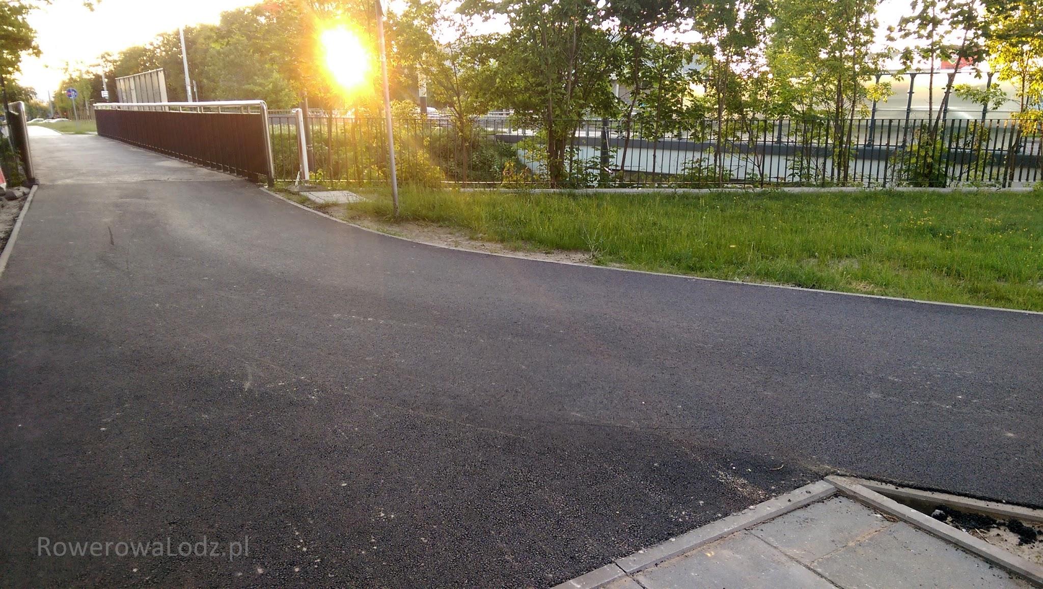 Przejazd przez kładkę nad torowiskiem jest bez krawężników - kiedyś zmory rowerzystów