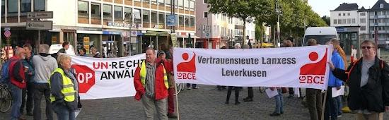 Demonstranten mit Transparenten: »Stopp Un-Rechtsanwälte« und »Vertrauensleute Lanxess Leverkusen IG BCE«.