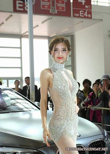 Lý Dĩnh Chi, Can Lộ Lộ khoe ngực đẹp bên siêu xe