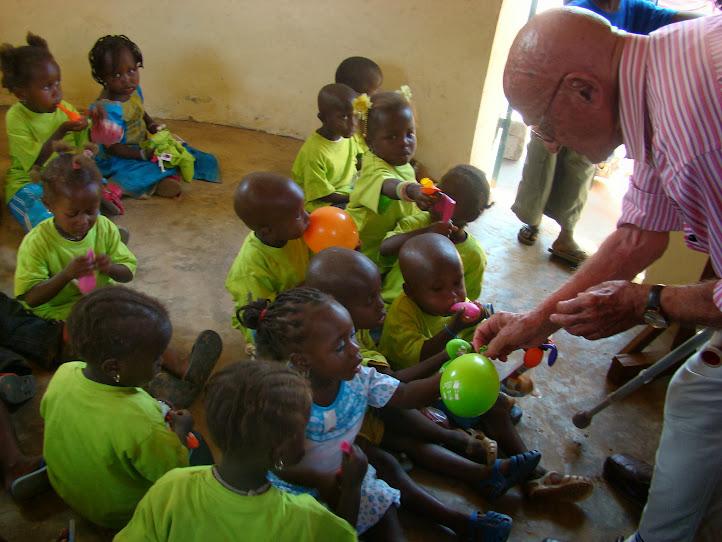 Albert reparte globos entre los niños de la Guardería Antoni Gaudí en Senegal