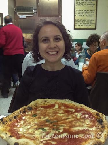 Napoli'deki Da Michele'de ekstra mozzarellalı margharita