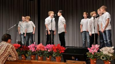 """Einer der Höhepunkte des Programm, die gelungene Gesangseinlage der D-Junioren. Sie begeisterten mit einer a capella-Version von Grönemeyers """"Männer"""" und """"Alles nur in meinem Kopf"""" von Andreas Bourani."""