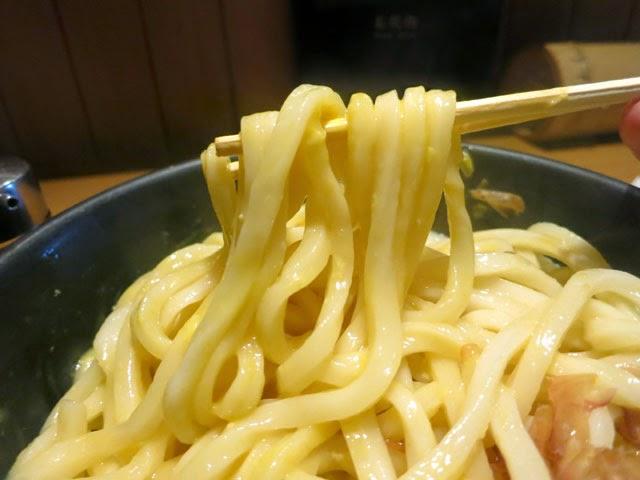 卵と混ぜた釜玉うどん@麺持ち上げ