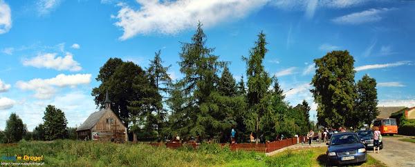 widok na drewniany kościół w Palczewie