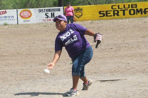 Alma Rosa Vallejo de Pekes de Bustamante en el softbol femenil del Club Sertoma.