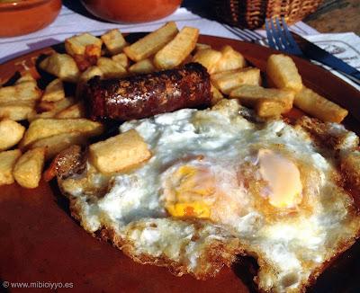 Huevos fritos con longaniza