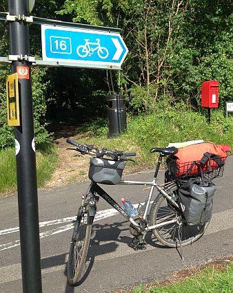 Hinweisschild 'National Cycle Network Route 16' zwischen Whitfield und Shepherdswell, Kent, UK mit Panther Dominance Trekking und englischem Briefkasten