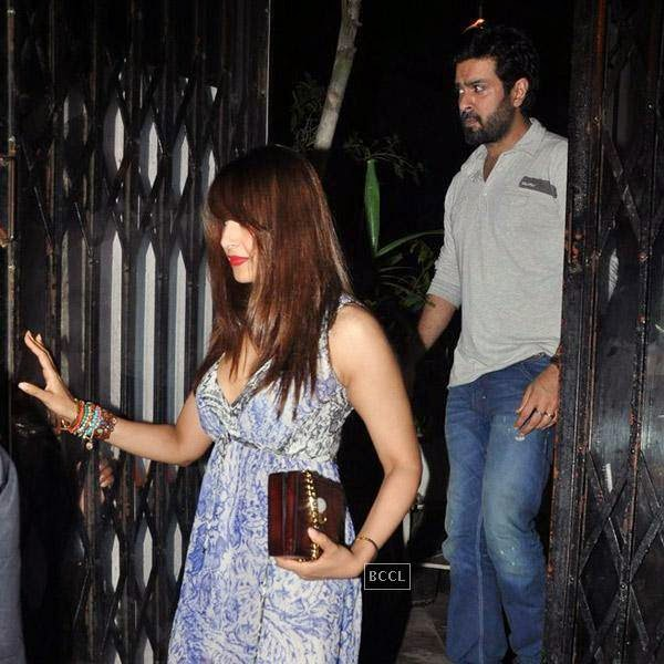 Bipasha Basu and Harman Baweja snapped leaving restaurant Lido, in Mumbai. The couple was joined by Shilpa Shetty and Raj Kundra for a private dinner.(Pic: Viral Bhayani)