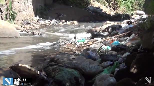 Contaminación en rios y carreteras por acumulación de basura