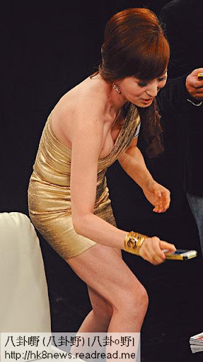 早前出席活動,回春羅霖著緊身金色短裙,大曬弗爆身材,𠌥低身時更露半球。