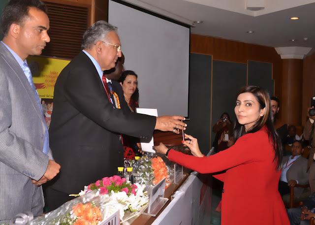 Shubi Husain receiving India Achievers Forum award
