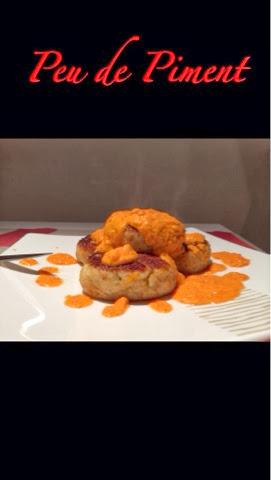 Burger di pollo aromatici con frullata di pomodoro e basilico