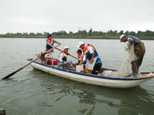 冬山河下游出海口坐船體驗當魚夫的樂趣