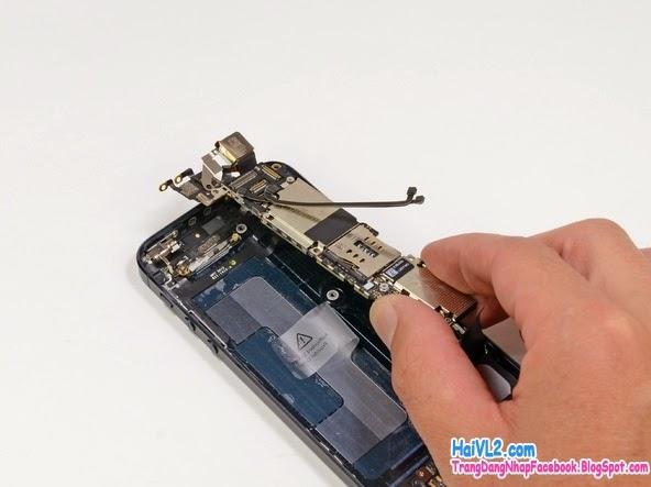 nhấc main iphone ra khỏi máy để thay màn hình iphone