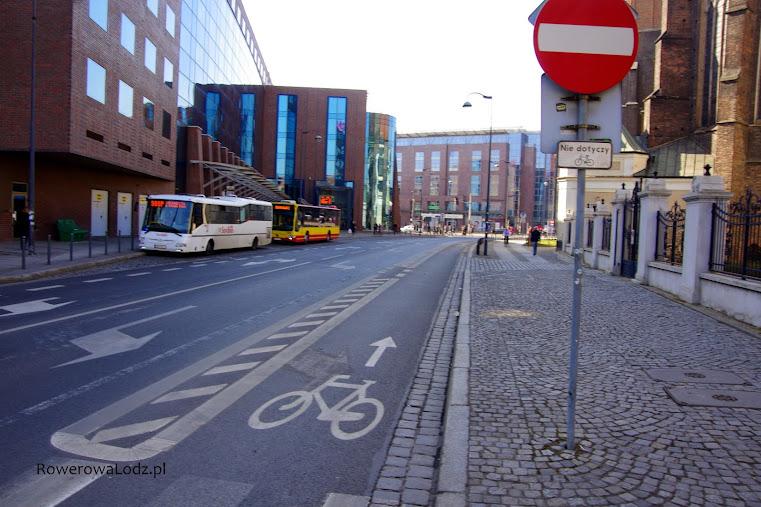 Kontrapas rowerowy pozwalający na jazdę rowerem w przeciwnym kierunku do pozostałych pojazdów. W przeciwna stronę rowerem jedzie się po wyznaczonym pasie przy krawężniku.