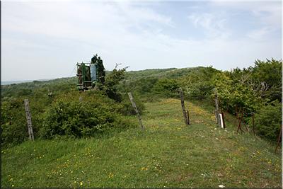 Paso de alambrada junto a unos puestos de caza