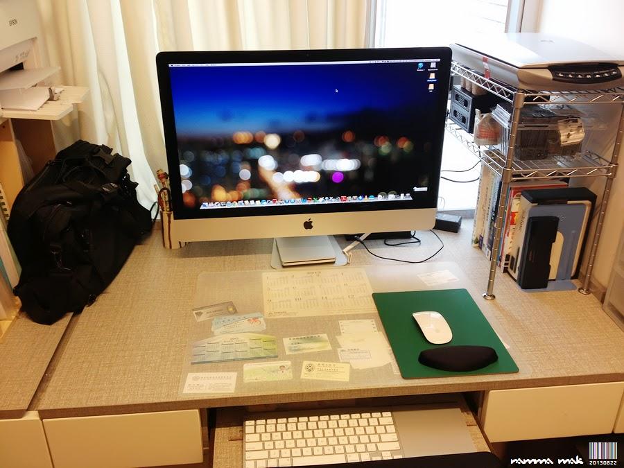 用 iMac 的書桌也特別整潔 (笑