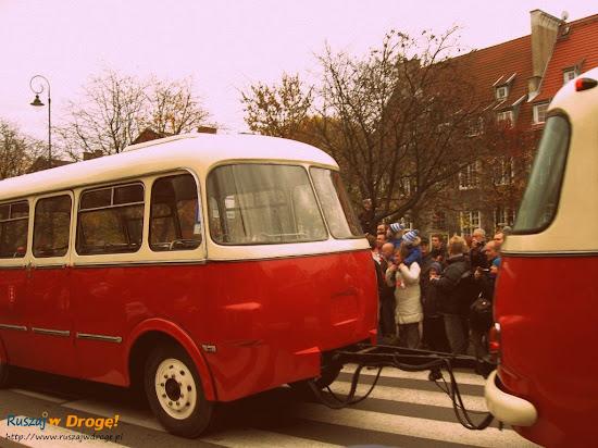 autobus ogórek z przyczepką transportową
