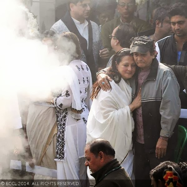 Suchitra Sen's daughter Moon Moon Sen with actor Biswajit Chatterjee during Suchitra's funeral, held in Kolkata.