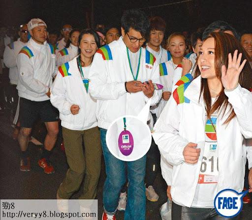 玩電話 <br><br>開跑時 TVB由著住貼身皮褲兼高筒鞋的徐子珊揮曬手領跑,而陳展鵬和黃翠如身上掛住紫色的工作證,是渣馬大會的工作證,但 TVB將其掛在藝員身上就當係跑手。
