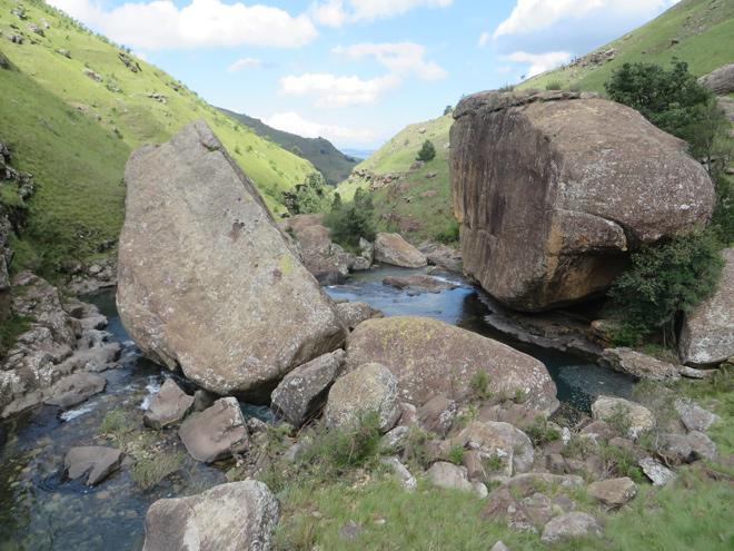 grote rotsblokken in riviertje, zuidelijke Drakensberg - Zuid Afrika
