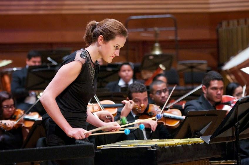 Acompañada por la Sinfónica de Juventudes Francisco Miranda, la percusionista austriaca Karin Meissl interpreta el Concierto para vibráfono y orquesta, del compositor brasilero Ney Rosauro