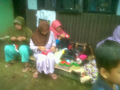 Acara Hari ibu di Gedebage : pelatihan membuat bros dari pita. #TerimaKasihIbu