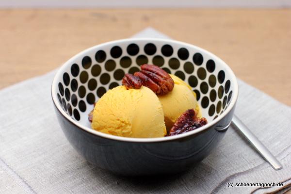 Selbstgemachtes Eis aus geröstetem Kürbis mit kandierten Pecan-Nüssen