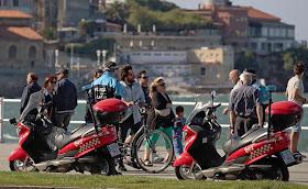 Agentes de la Policía Local, en una actuación de esta semana, informan a los ciclistas de que no pueden circular por la acera